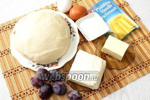 Для приготовления нам понадобится тесто, творог, пудинг, мука пшеничная, масло сливочное, слива, яйца куриные и сахар.
