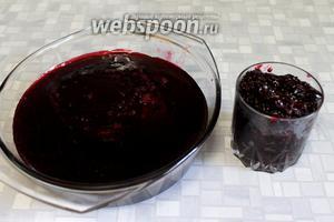 Отцедить через слой марли сироп, отжать марлю. Густой остаток использовать для приготовления компота, морса. Когда делала много ягоды, то на жмыхе ставила вино, оно получалось очень ароматным — как раз поспевало к моему дню рождения!