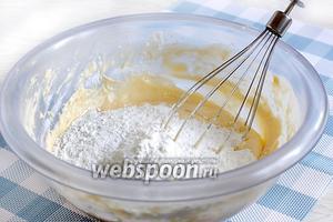 Всыпать мучную смесь в масляно-яичную и аккуратно размешать ручным венчиком. По густоте тесто должно быть не очень плотным, так как ещё предстоит добавлять какао.