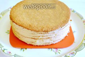 Верхний корж будем заливать глазурью и пока оставляем его в первозданном виде. Можно торт оставить в холодильнике на ночь.