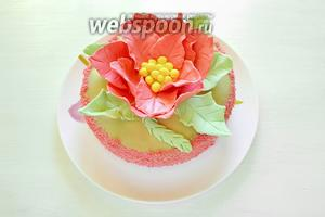 Вынимаем торт из холодильника и заливаем верхний корж глазурью. Из кусочка розовой мастики, которую я подкрасила несколькими каплями красного пищевого красителя, сделала крошку для посыпки боковой части торта. Крошка делается легко — протираете кусочек мастики через металлическое сито на плоскую тарелку, и она сохнет очень быстро. Посыпаем бока торта крошкой и снова отправляем его в холодильник на 5-10 минут.