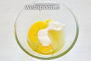 Готовим основу крема: яйца смешиваем с сахаром и слегка подбиваем (не взбиваем), молоко выливаем в сотейник, добавляем ванильный сахар и нагреваем.