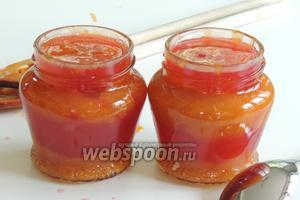 Затем также повторяем действия с абрикосовым конфи, также используя ложки. И завершаем наполнение банок смородиной.
