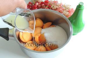 Из абрикос вынимаем кости и засыпаем 1/2 от порции сахара, то есть 250 г. И сразу же вливаем сок 1 лайма. Я использовала готовый сок.