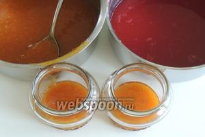 В ополоснутые горячей водой стеклянные баночки (250 мл) кладём абрикосовый конфи, около 1/4 баночки.