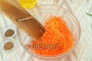 Морковь натереть на корейской тёрке.