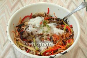 Затем добавить в салат сахар и соль, влить столовый уксус.