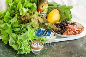 Для приготовления одного из наших салатных фаворитов вам понадобится: огромная охапка ассорти салатов (у нас Лолла Росса, Палла Росса, австралийский, Мона), по большой горсти ягод йошты и розовой смородины, сладкая груша, упаковка сыра с голубой плесенью, соль и оливковое масло.