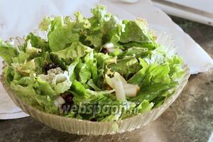 Порвём в салатник вымытые и обсушенные листья салата.