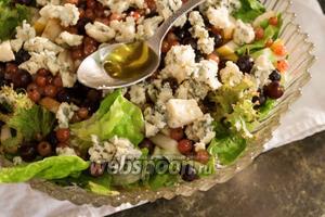 Солим и заправляем салат оливковым маслом первого отжима.