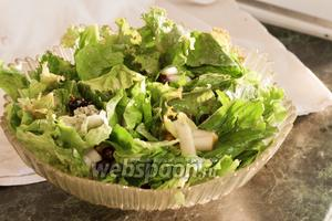 Нежно вымешиваем наш салат, чтобы он остался пушистым. Подаём или в общем салатнике, или порционно, украсив ягодами. Хорошо сочетается с ржаными хлебцами и яблочным сидром. Приятных гастрономических впечатлений!