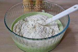 Выложить массу в миску, добавить просеянную муку с разрыхлителем и перемешать, тесто должно получиться по консистенции как густая сметана.