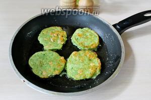 Жарим на раскалённой сковороде, на небольшом количестве масла (подливаем понемногу), с 2 сторон на среднем огне.