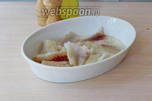 Филе рыбы нарезать на порционные куски и выложить в форму для запекания.