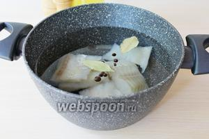 Выложить в кастрюлю, залить 1 литром воды, добавить специи и поставить вариться. С момента закипания варим 10 минут, затем рыбу надо достать и отложить в сторону.
