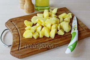 Картофель нарезать на кусочки.