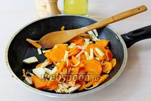 Обжарить морковь и сельдерей на оливковом масле до мягкости.