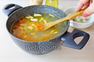 Затем добавить обжаренные овощи и варить ещё 3 минуты.