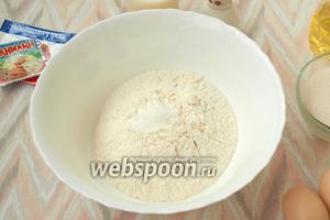 В глубокой посуде соединить сухие ингредиенты: просеять муку вместе с разрыхлителем.