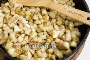 На отдельной сковородке обжарьте баклажаны до лёгкого румянца.