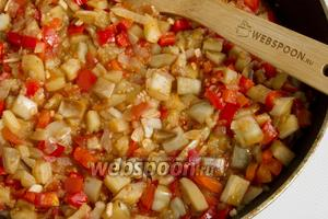 Добавьте к овощам обжаренные баклажаны. Посолите, приправьте итальянскими травами. Тушите под крышкой на небольшом огне в течение 10 минут.