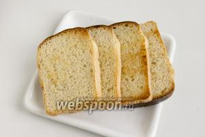 Ломтики хлеба обжарьте на сухой сковородке или в тостере.