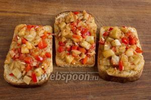 Выложите на поджаренный хлеб готовое овощное рагу и подавайте к столу, украсив свежей зеленью.