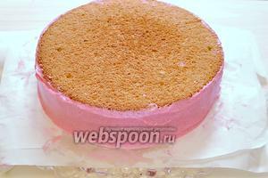 Достаём торт из холодильника и начинаем заниматься замерами. Измеряем линейкой высоту и длину окружности нашего торта. У меня получилась высота 4,5 см и длина окружности 70 см. В отложенный крем капнем немного красной краски и размешаем. Получился розовый крем, которым мы смазываем боковую сторону торта, после проведённых замеров.