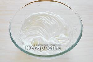 Взбиваем 2 белка сначала на средней скорости, затем увеличиваем скорость и высыпаем оставшийся сахар (20 г), щепотку соли. Взбиваем до устойчивых пиков.