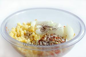 Добавить мелко нарезанный картофель и репчатый лук. Посыпать перцем, зирой.