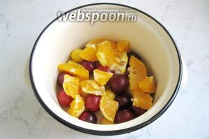Нарезанные апельсины добавить в кастрюлю с алычой.