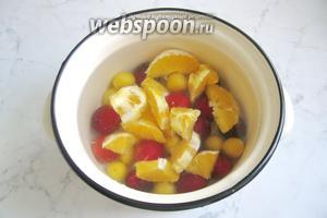 Алычу с апельсинами залить водой.