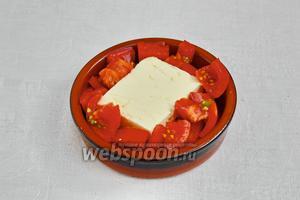 Укладываем вокруг сыра нарезанные помидоры.