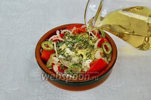 Сверху посыпаем орегано и поливаем оливковым маслом.