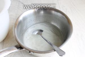Делаем глазурь. Торт ставим назад в морозилкy. Смешаем воду, сахар, сироп глюкозы. Ставим на огонь. Доводим до кипения, до 103°С. Желатин зальём водой. У меня в пластинках.