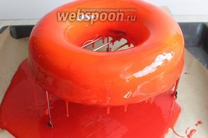 Достаём торт, кладём на решётку и поливаем быстро. Удаляем снизу капли, поддеваем шпатулой торт и переносим на блюдо. Украшаем сразу. Осторожно с ним, потому что если заденете, сразу будет пятно.