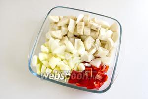 Овощи промойте почистите и нарежьте небольшими кусочками, примерно одного размера.