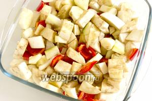 Залейте подготовленным маринадом овощи, перемешайте, накройте и оставьте на 1 час. 2-3 раза овощи следует перемешать.