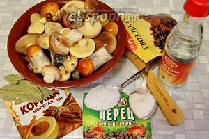 Для маринования взять крепкие трубчатые грибы, уксус, сахар, соль и пряности.