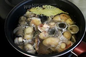 Опустить грибы в кипящий маринад и на медленном огне проварить в маринаде 15-20 минут.