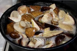 Отварить грибы в чуть подсоленной воде минут 20-25.