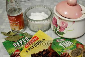 Приготовить пряности для маринада, вскипятить 1 литр воды и добавить пряности и специи, двести до кипения.