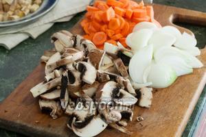 Далее произвольно нарезаем грибы и лук репчатый.