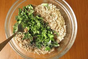 Добавить к заправке зелень: кинзу и сельдерей. Сельдерей — моё нововведение, факультативно. Насыпать 1 чайную ложку хмели-сунели.