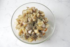 Овощи посолить и поперчить по вкусу. Добавить сухой базилик или любые сухие травы по вкусу. Перемешать.