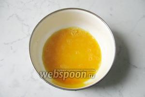 Приготовить заливку для запеканки. Разбить яйца в миску и взбить, как на омлет.