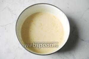 Тщательно перемешать яйца, сыр, соль, молоко и муку.