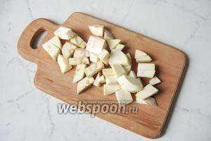Белые баклажаны помыть и нарезать кубиками.