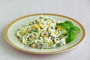 При подаче украсить салат зеленью.