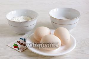 Для выпечки бисквита в микроволновке возьмём охлаждённые яйца крупного размера, 3 ложки сахара и столько же муки, ванилин, щепотку соли. Ложки наполнять с небольшой горкой, без фанатизма. Количество сахара для себя я слегка уменьшила.